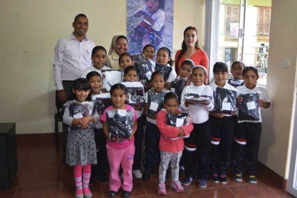 Entregan uniformes a estudiantes de internado en la primara Guadalupe Y Calvo