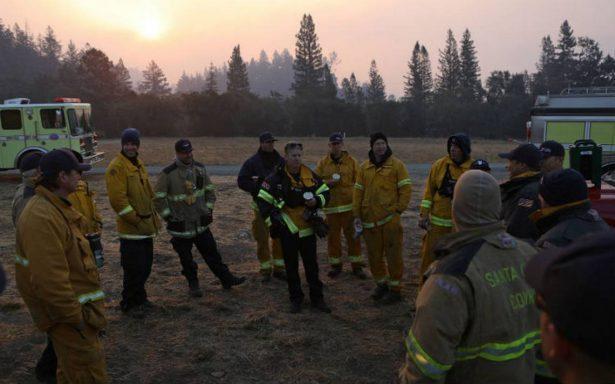"Bomberos batallan ""catastróficos"" incendios en California; suman 23 muertos"