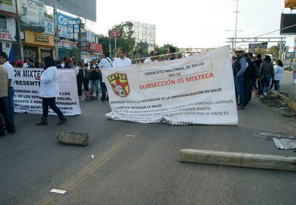 Trabajadores de Salud bloquean cruceros en Oaxaca