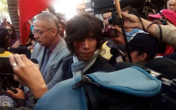 Civil agrede a joven que se manifestaba afuera del Senado de la República