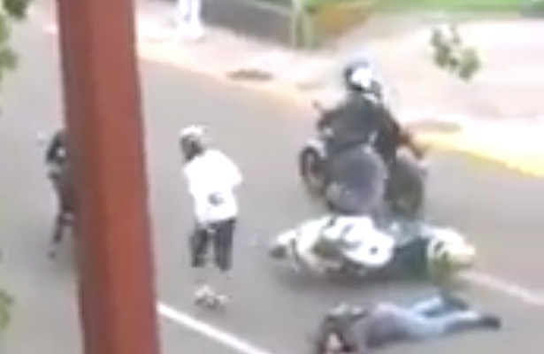 [Video] Graban intento de robo a motociclista en Periférico