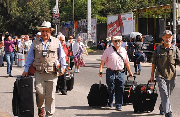 Trabajadores de Salud bloquean vialidades de Oaxaca