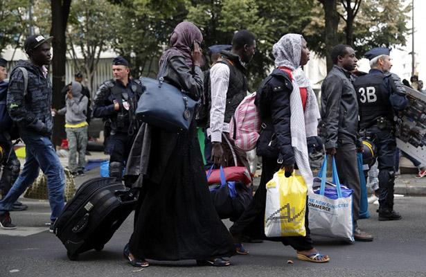 Inician operativos de evacuación de campamento de migrantes de París