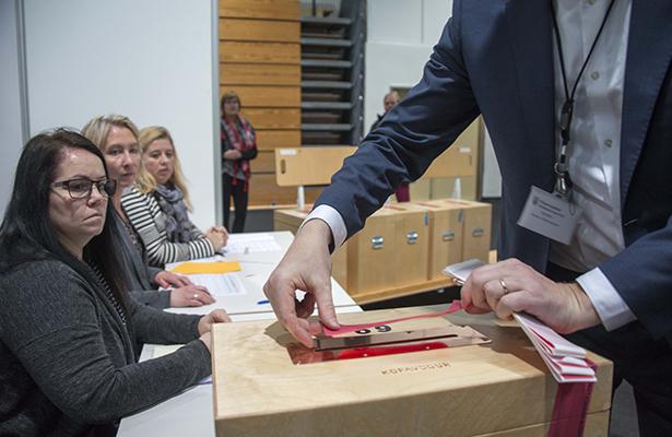 Ganan conservadores elecciones en Islandia pero dependen de nuevo partido