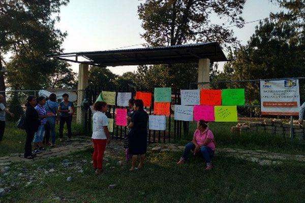 Se manifiestan por cambio de maestra en Huauchinango