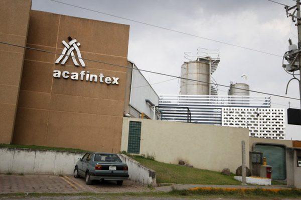 Exhiben a la textilera Acafintex por teñir de rojo el Río Atoyac