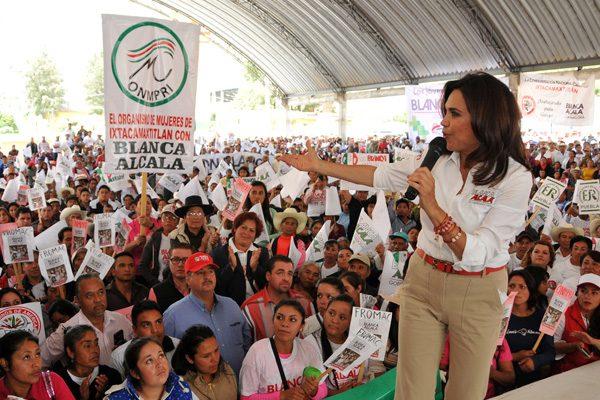 Corrobora Alcalá compromisos en salud y reconstrucción de caminos en la Sierra Norte