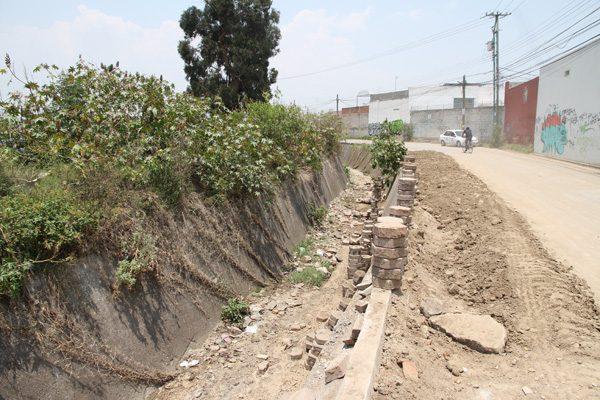 Dan de alta a los albañiles rescatados de alud de tierra en Cuautlancingo