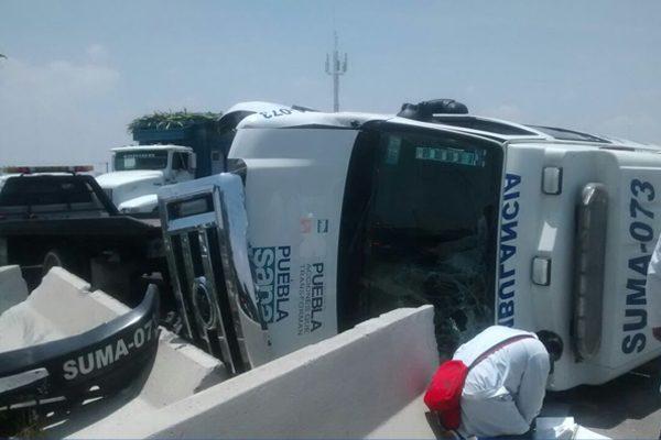 Ambulancia de SUMA se vuelca en el periférico, trasladaba a un lesionado