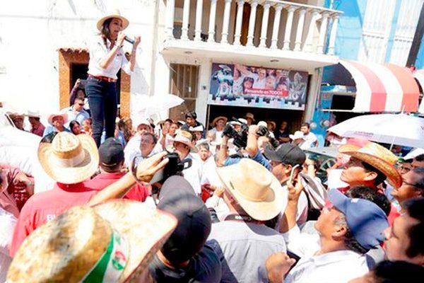 Blanca Alcalá se reunió con habitantes de Chietla
