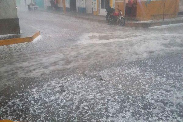 Cae intensa lluvia acompañada de granizo en Ciudad Serdán