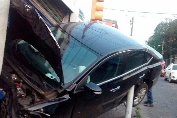 Vehículo se impactó contra refaccionaria en Reforma y 19 sur