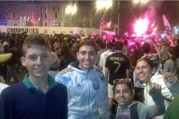 Familia poblana festeja, en España, el triunfo del Real Madrid