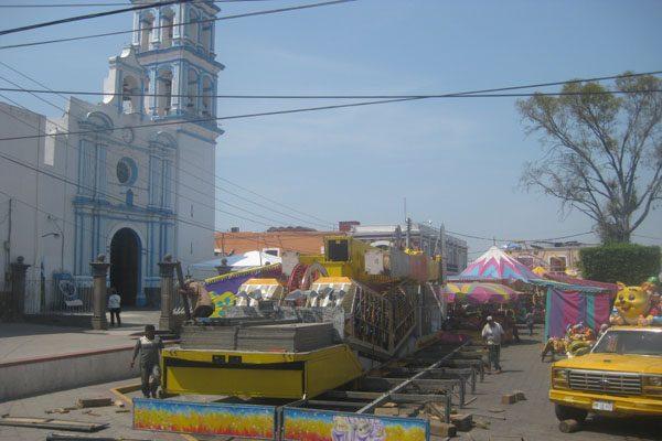 Los Manueles son felicitados con panzones en la feria de Corpus Christi