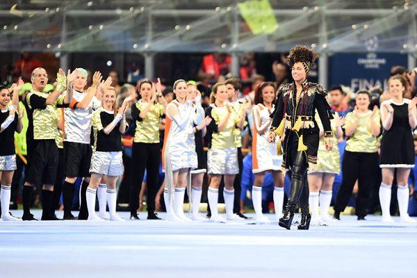 Emociona Alicia Keys durante su presentación en la Liga de Campeones