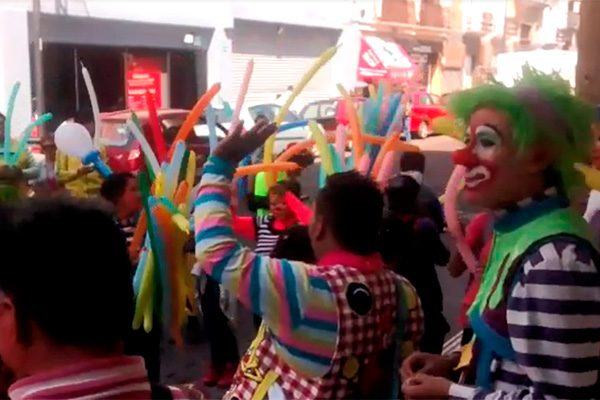 Payasos se manifiestan frente a la Secretaría de Gobernación