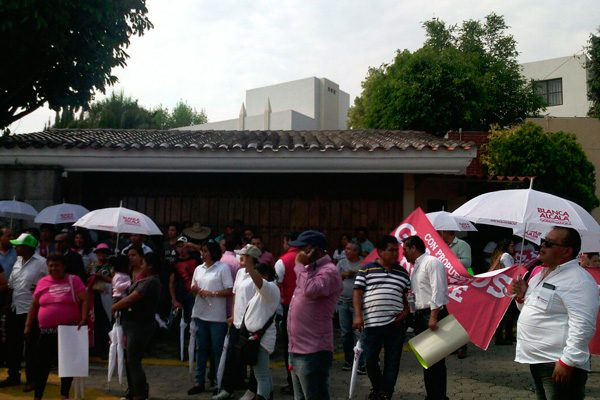 Marchan simpatizantes del PRI en protesta por bloqueo contra transportistas