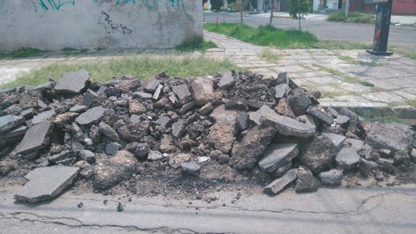Piden vecinos de Bosques de San Sebastián retirar escombro