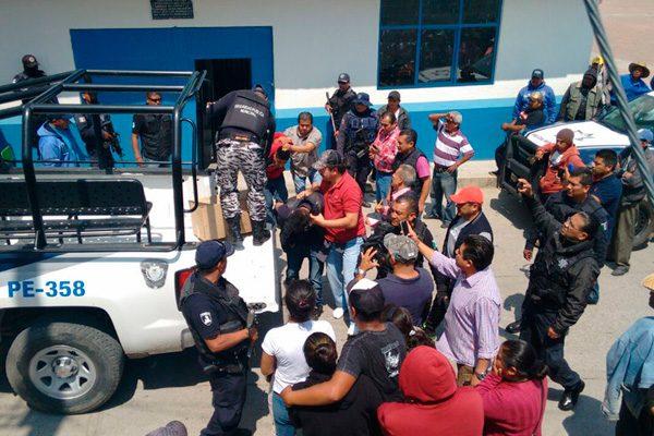 Entregan a huachicoleros detenidos en Tláloc