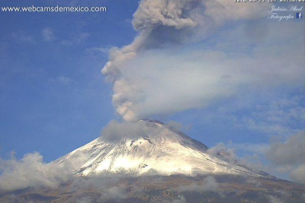 [Vídeo] Emite el Popocatépetl intensa fumarola de 2 km