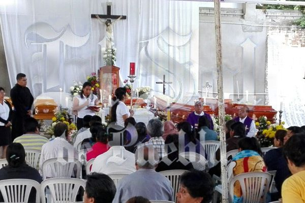 Familiares y amigos oran por sus deudos en Coxcatlán