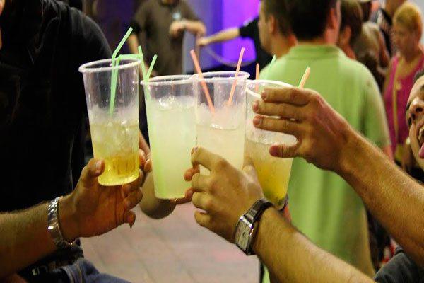 Cambian cuadernos por copas, estudiantes de secundaria alcohólicos