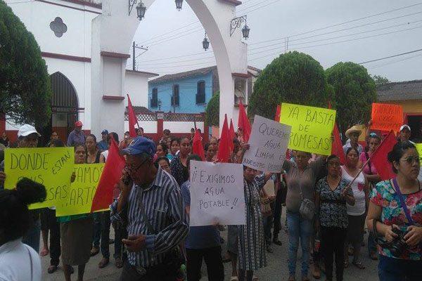 Piden pobladores destitución  de subalterno de Acateno