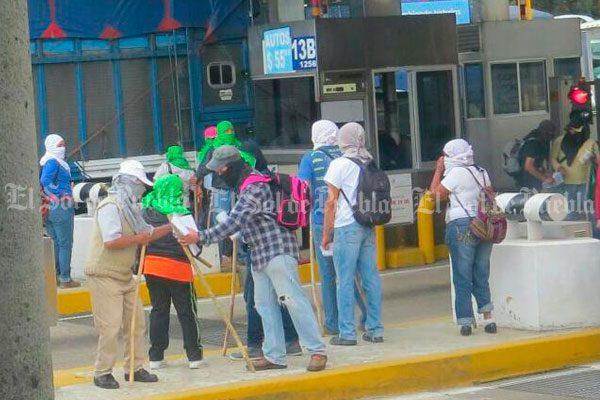Integrantes del FNLS tomaron caseta de autopista a Amozoc