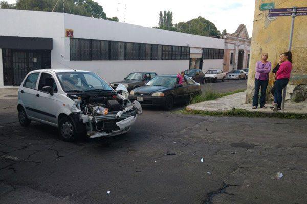 Aparatosa colisión en Analco deja solo daños materiales
