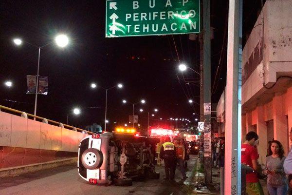 En aparatoso accidente, camioneta cae de puente en Valsequillo y 14 Sur