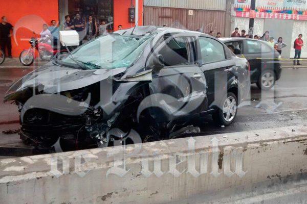 Choca vehículo contra muro de contención en boulevard Valsequillo