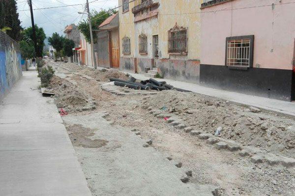 Vecinos inconformes por obras de drenaje en Tehuacán