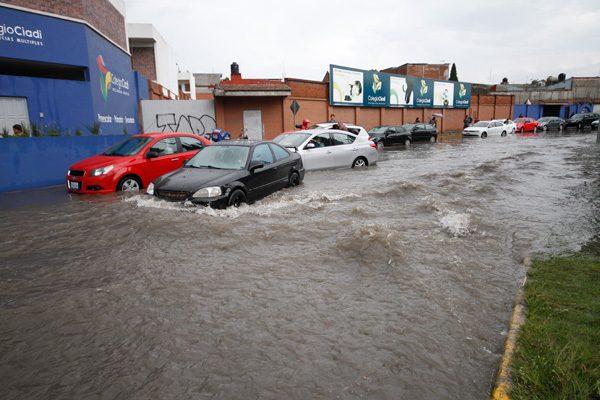 Causan lluvias inundaciones en calles de la capital poblana