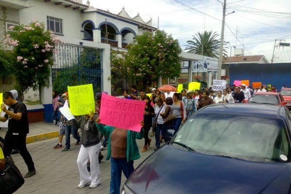 Marchan 400 personas a favor de maestros