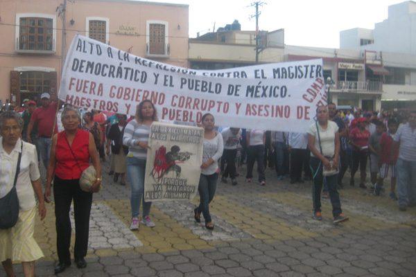 Marchan en apoyo a causa magisterial en Atlixco e Izúcar de Matamoros