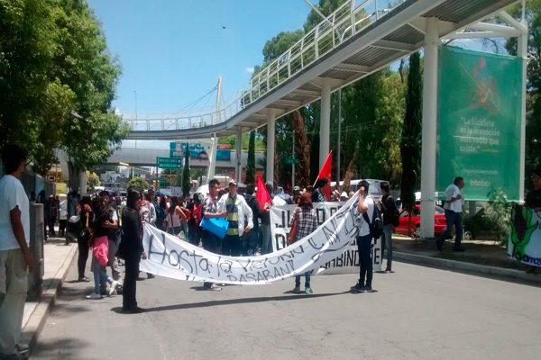 Marchan estudiantes y maestros en Puebla para apoyar a la CNTE