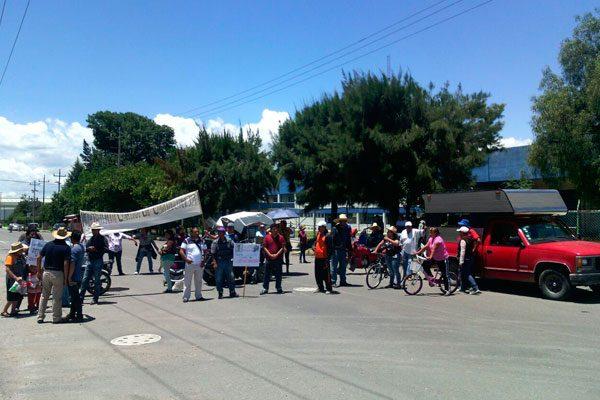Vecinos cierran accesos al Parque Industrial Quetzalcóatl, acusan contaminación