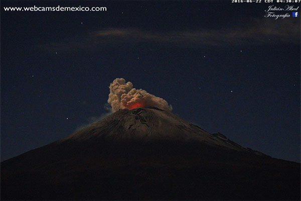Popocatépetl incandescente, regala postal a Puebla