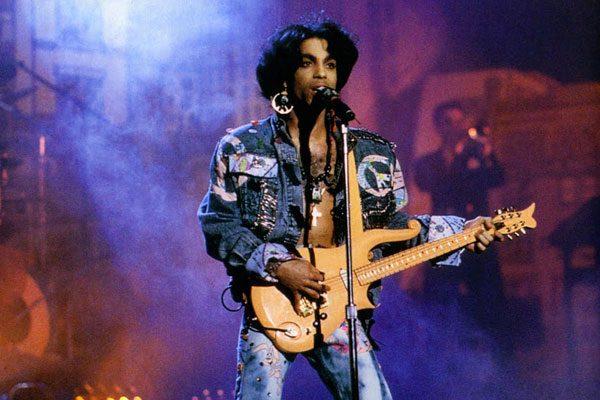 Pagan millonaria cantidad por guitarra de Prince