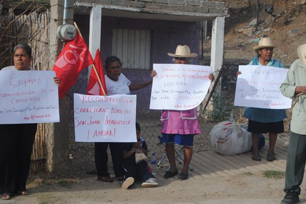 Protestan para exigir reconstrucción de carretera Acatlán-Tepexi