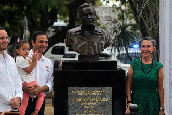 """Develan escultura de """"Chespirito"""" en Cancún"""