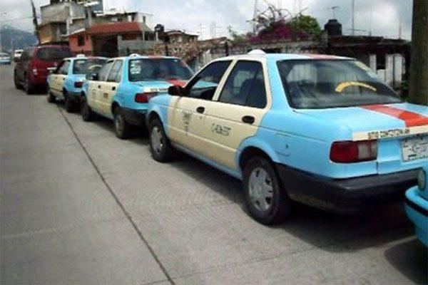 Chofer se avienta de su taxi para evitar robo en Izúcar
