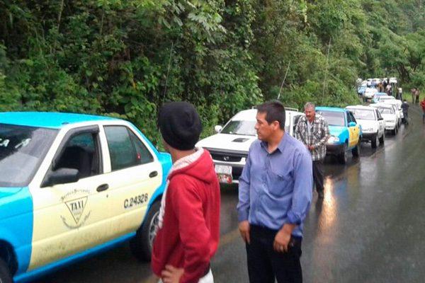 300 taxistas rescatan a compañero secuestrado y abandonado en Tlacuilotepec