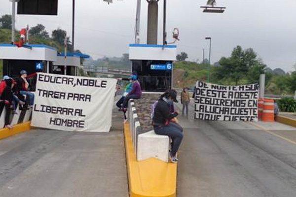Bloquean alumnas de Normal de Teteles casetas de cobro en Atempan