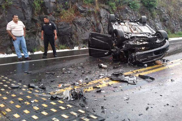 Vuelca vehículo y cae de puente de seis metros