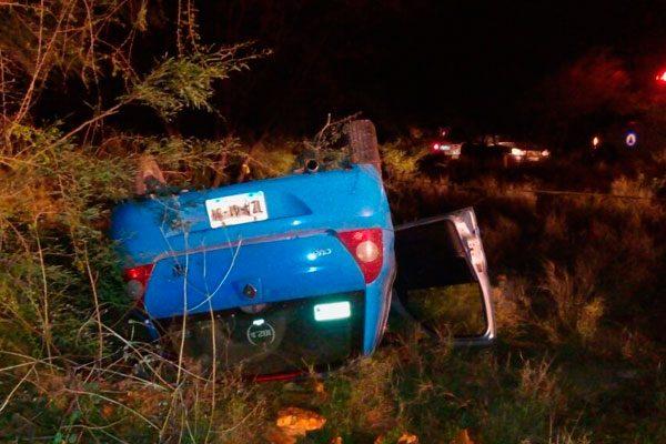 Fallece copiloto al volcar auto en Zinacatepec, conductor se da a la fuga