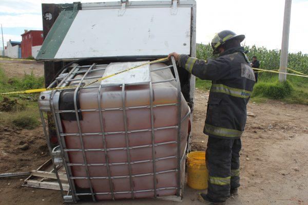Aseguran camioneta en calles de Tianguismanalco, cargaba combustible ilícito