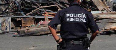 Sujetos desarman y esposan a una mujer policía de la capital