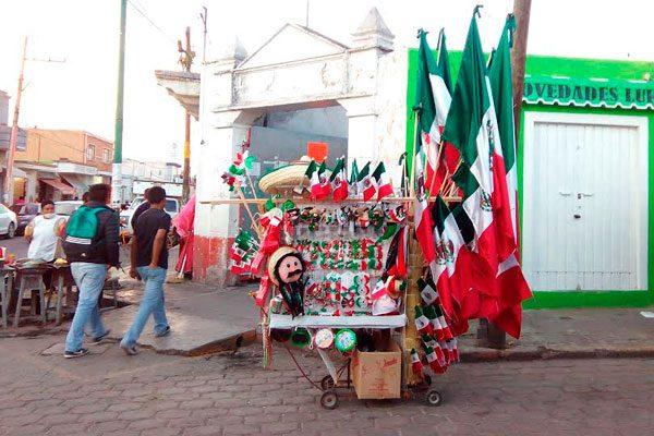 Resultado de imagen para vendedor ambulante de simbolos patrios