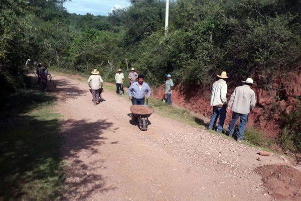 Pobladores arreglan carreteras ante falta de obras públicas
